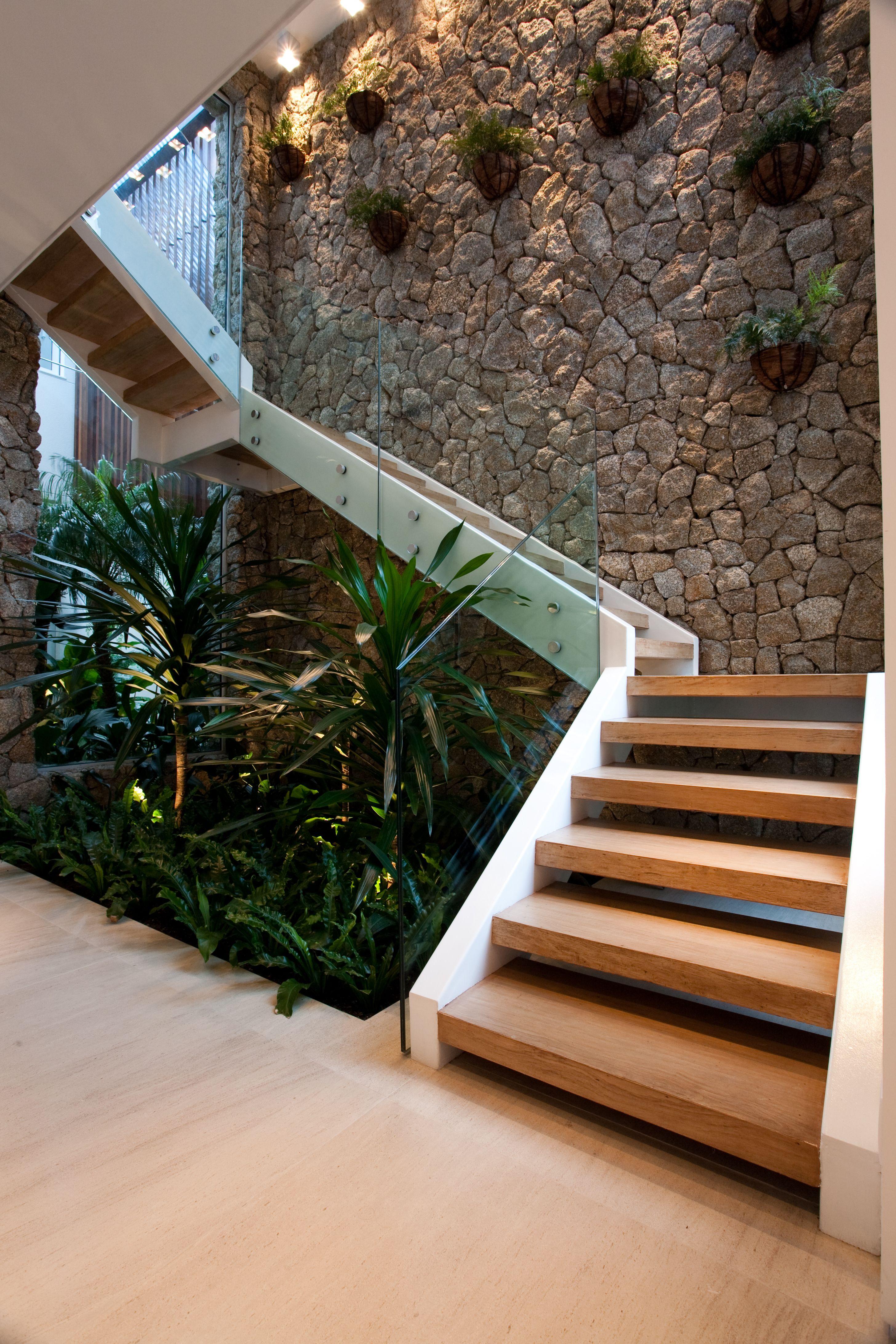 Tiểu cảnh khô gầm cầu thang, giếng trời nhà ống hiện đại